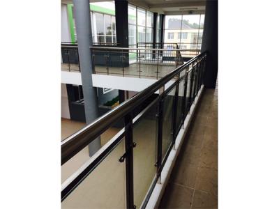 Lan can cầu thang trường học